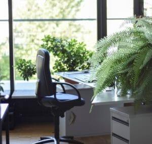 cadeira e mesa de escritório para o ambiente ideal de trabalho